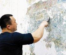 """武昌租户装修刮出老壁画""""起义门"""" 专家:或是文物"""